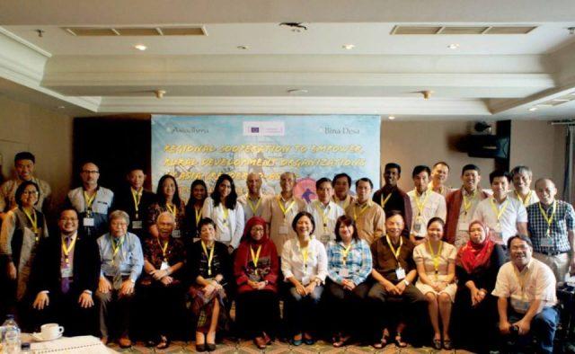 Pimpinan jaringan AsiaDHRRA dan peserta peluncuran RecoERDO sessat setalah pembukaan (photo: AsiaDHRRA)