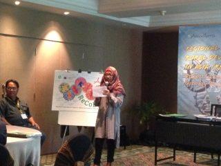 Dwi Astuti, Direktur Bina Desa/InDHRRA, menyampaikan sambutan pembukaan (photo; Achmad Yakub)