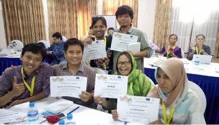 Peserta pelatihan metode action learning, mendapat sertifikat (photo: Chaerul Umam)
