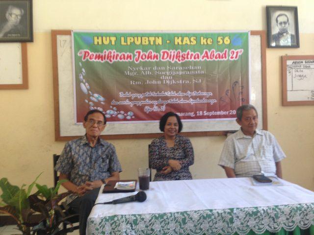 ki-ka, Bambang Ismawan, dan pengurus LPUBTN Isti Sumiwi dan Romo Sugiarto, mengisahkan gagasan yang kuat Dijkstra bagi kaum miskin di desa (photo: Achmad Yakub)