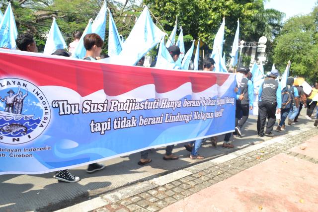Iring-iringan ratusan Nelayan dari Serikat Nelayan Indonesia (SNI) (23/08) menuju Kementrian Kelautan dan Perikanan untuk minta negara Hadir lindungan nelayan