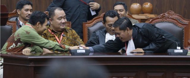 Setelah pembacaan Putusan oleh Ketua MK dan anggotanya, Ridwan Darmawan dari IHCS yang mewakili kuasa hukum memberikan ucapan selamat kepada para pemohon (photo by MK)