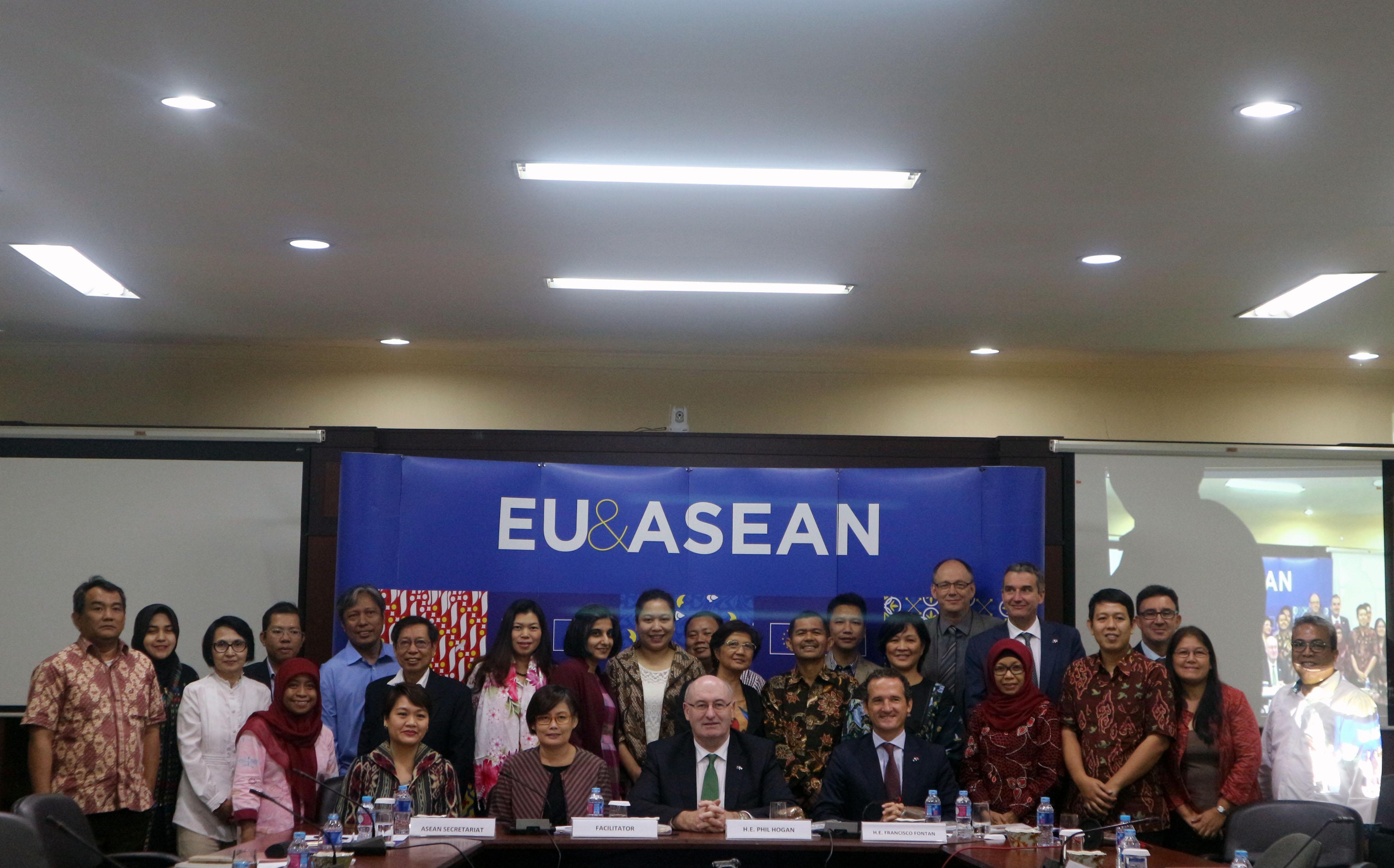 Pertanian keluarga dan petani skala kecil, ditingalkan, sering tidak terlibat dalam praktek pasar dan bisnis modern, mereka memiliki keterbatasan akses ke praktek pertanian yang baru dan yang lebih berkelanjutan. Oleh karena itu di Uni Eropa atau di kawasan ASEAN, kerja sama (RED. dalam bentuk koperasi)antar keluarga petani adalah sangat penting (photo by ASEAN Foundation)